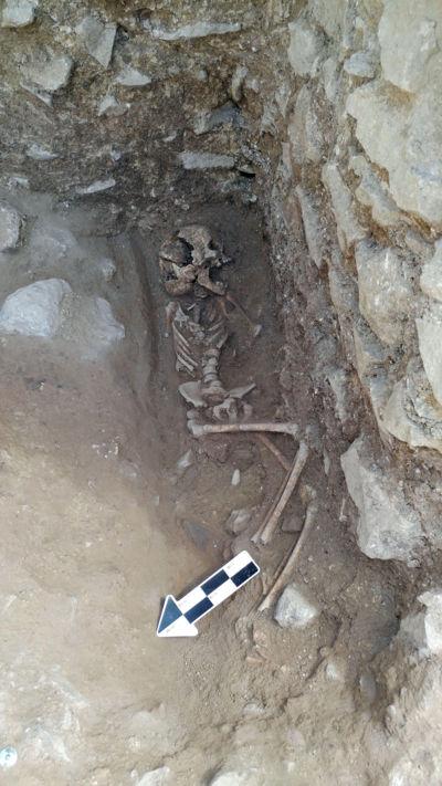 Hallan restos de 'niño vampiro', sepultado hace más de mil 500 años