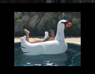 Niurka Marcos posa completamente desnuda en la piscina y despierta pasiones