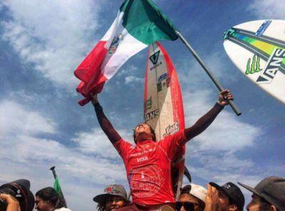 Mexicano es campeón mundial de surf